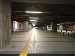 新宿駅南口から道案内に沿ってずんずん歩いて進む