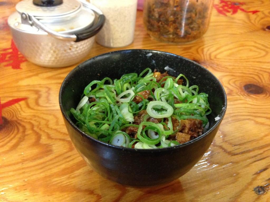 一日20食限定のチャーシュー丼。米とチャーシューとネギの絶妙なコンビネーション。