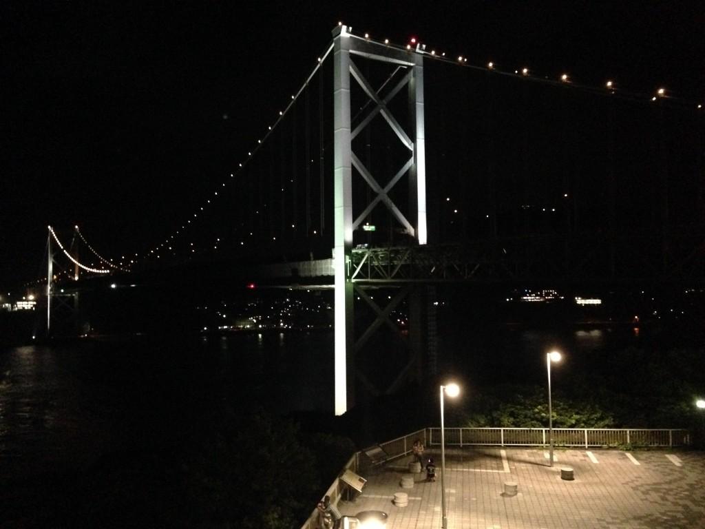 すぐ近くにライトアップした関門橋が見える。