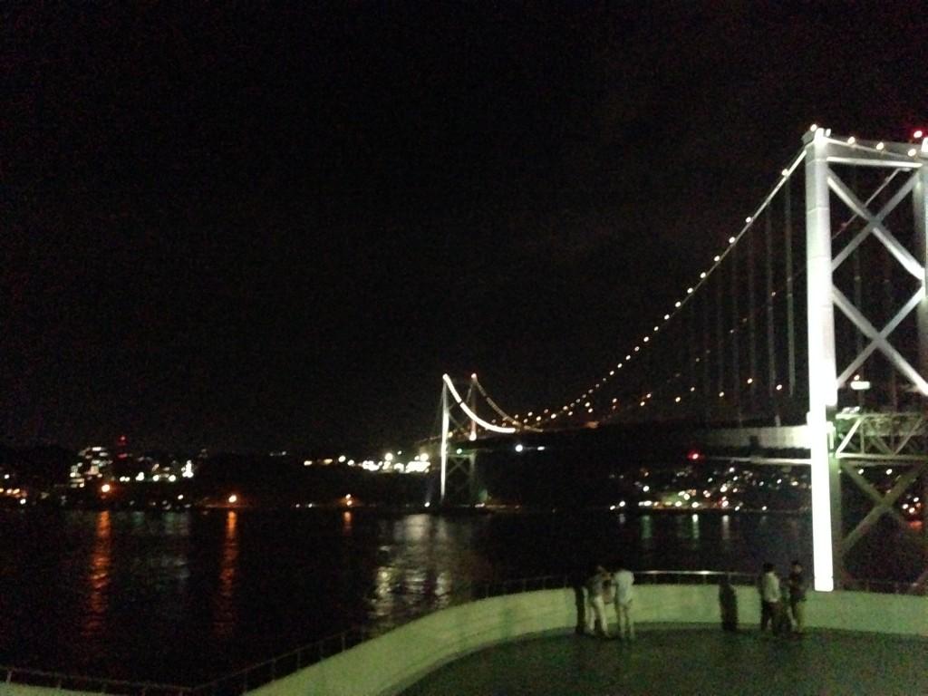 展望台の少し高い位置から関門海峡を眺める。