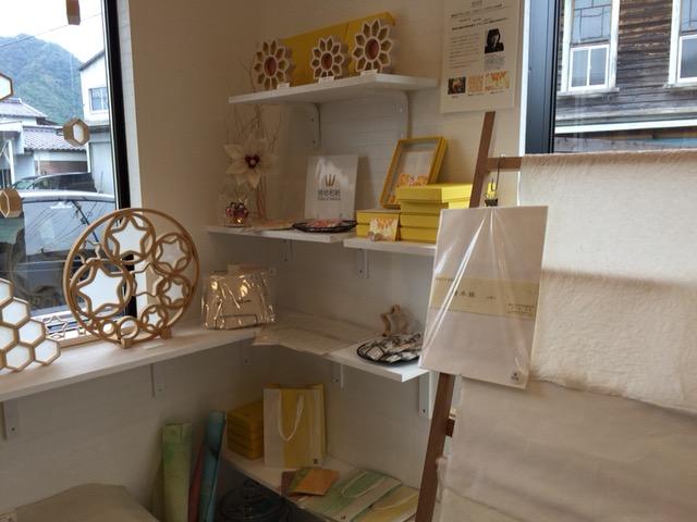 800年以上の歴史がある徳地手漉き和紙を使った作品を商品として販売している。北欧デザインの店内の雰囲気にマッチしている。