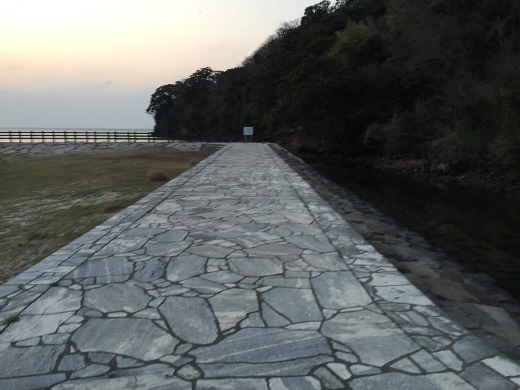 石畳を歩いていきます。