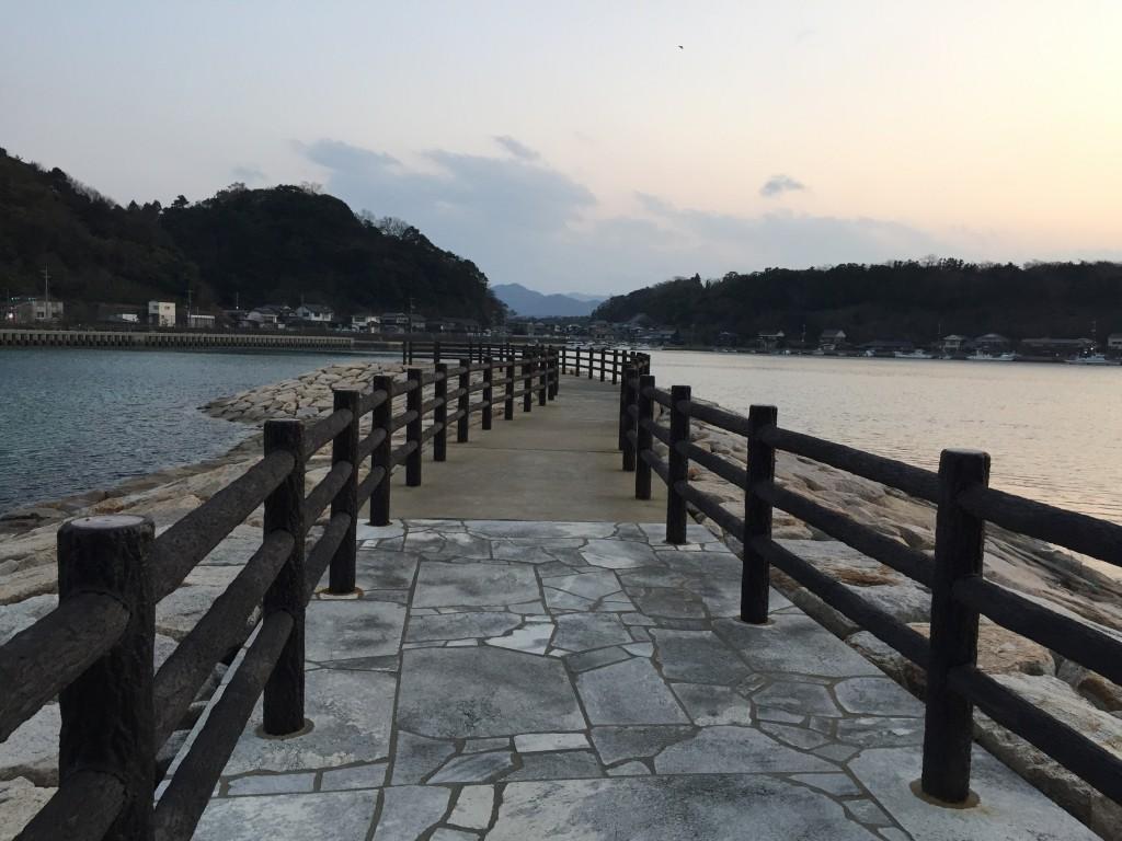 海に突き出た散歩道を歩きます。