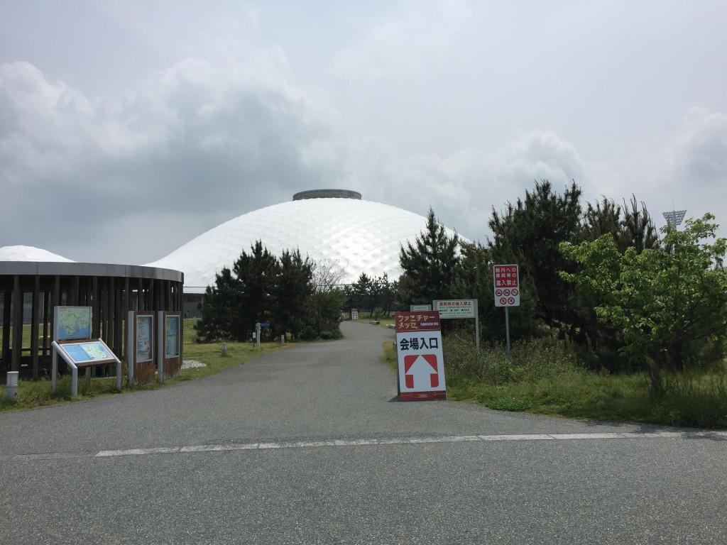 駐車場からきららドーム入口は200mくらい歩きます。歩くだけで気持ちが良いくらい広々としてます。