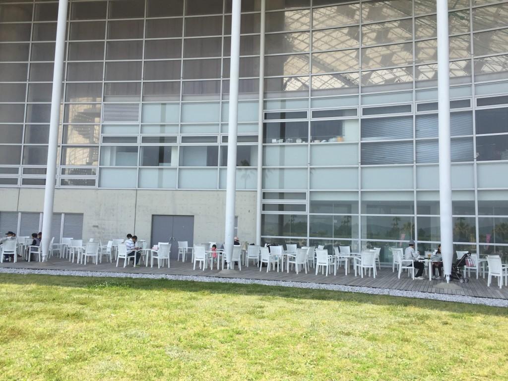 軽食ケータリングコーナーが屋外に。