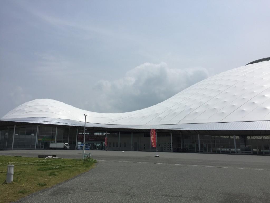 亀のような屋根がきららドームです。