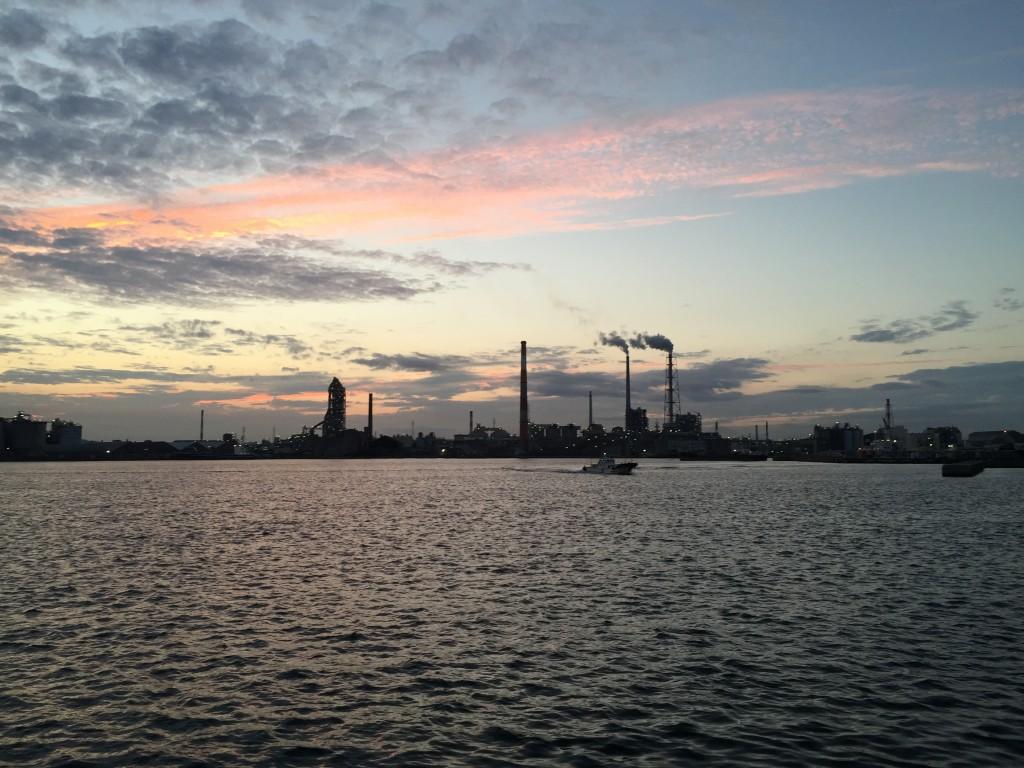 サンセット。対岸に宇部興産の工場地帯。