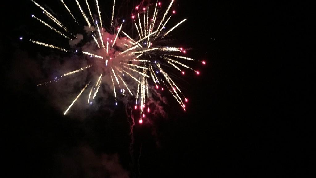花火は橋の上からがベストポジション。近い場所で夜空いっぱいに広がる花火が楽しめます。