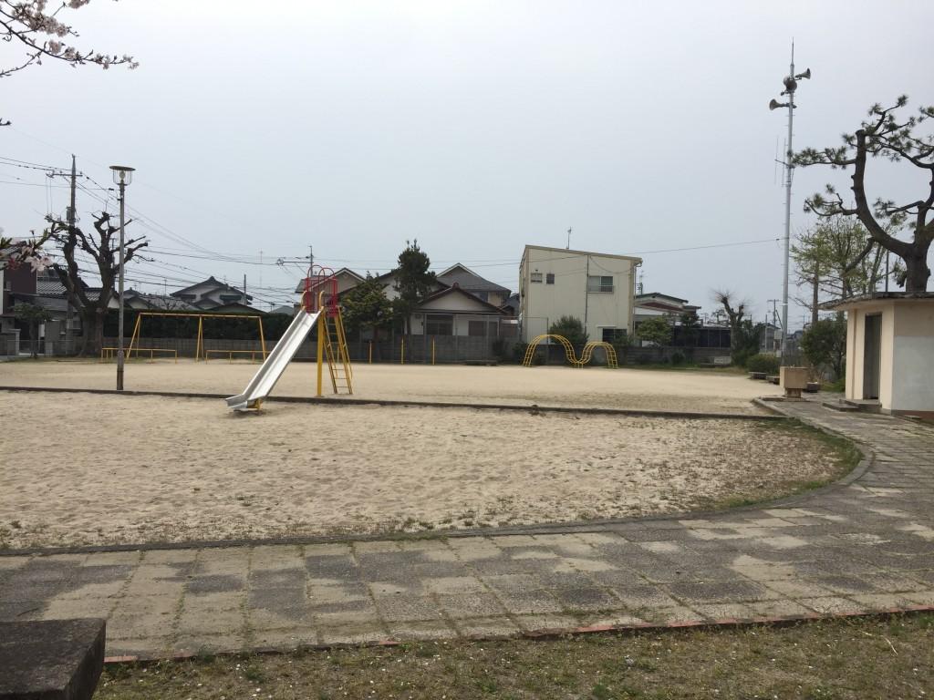 ブランコ、鉄棒、うんてい、滑り台、砂場と一通りの遊具はそろっている。