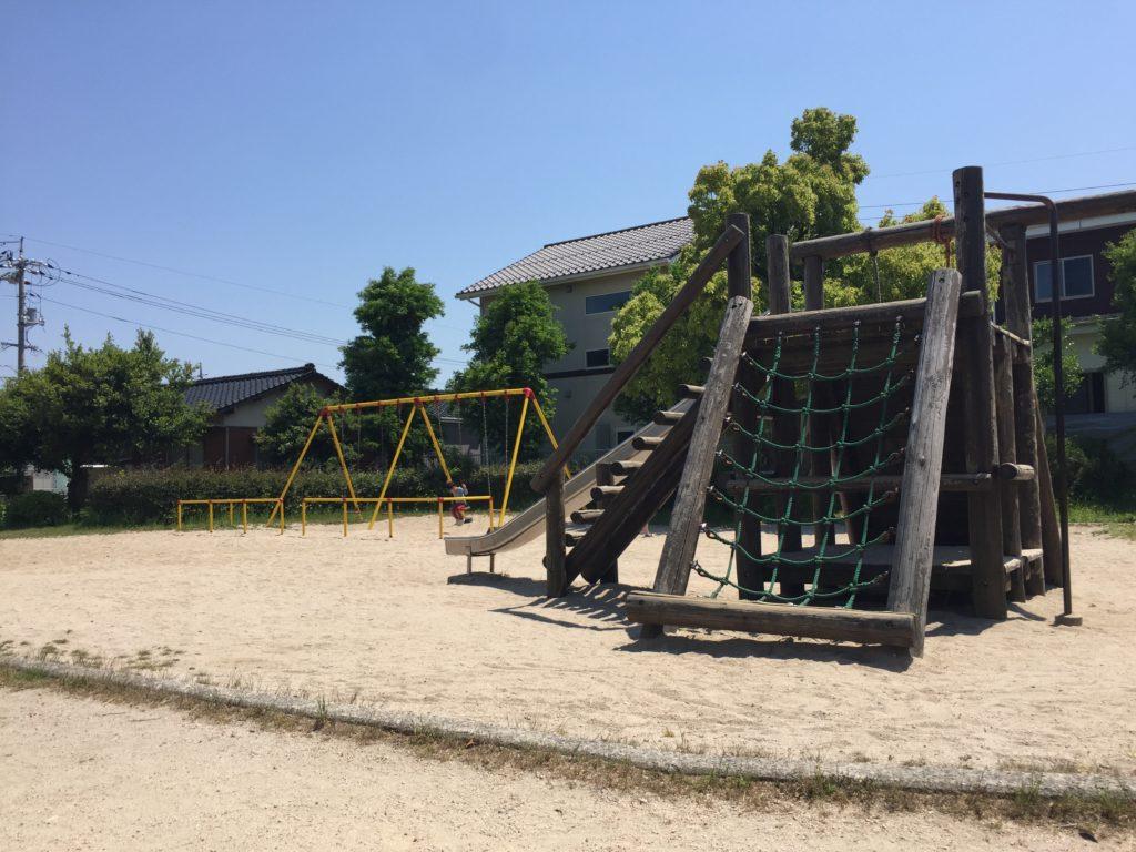 遊具はブランコと複合すべり台のみ。下が砂場なので転んでも安心。