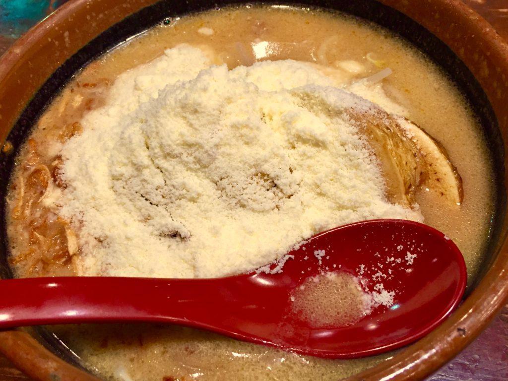 こな雪ラーメン。濃厚チーズが味噌の旨味を引き立てる。