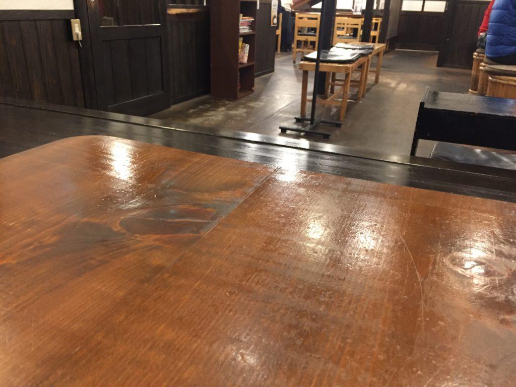 店内の雰囲気。テーブル席と座敷がらある。