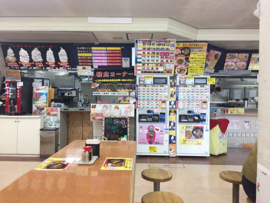 券売機のまわり。軽食コーナーのソフトクリームも気になる。