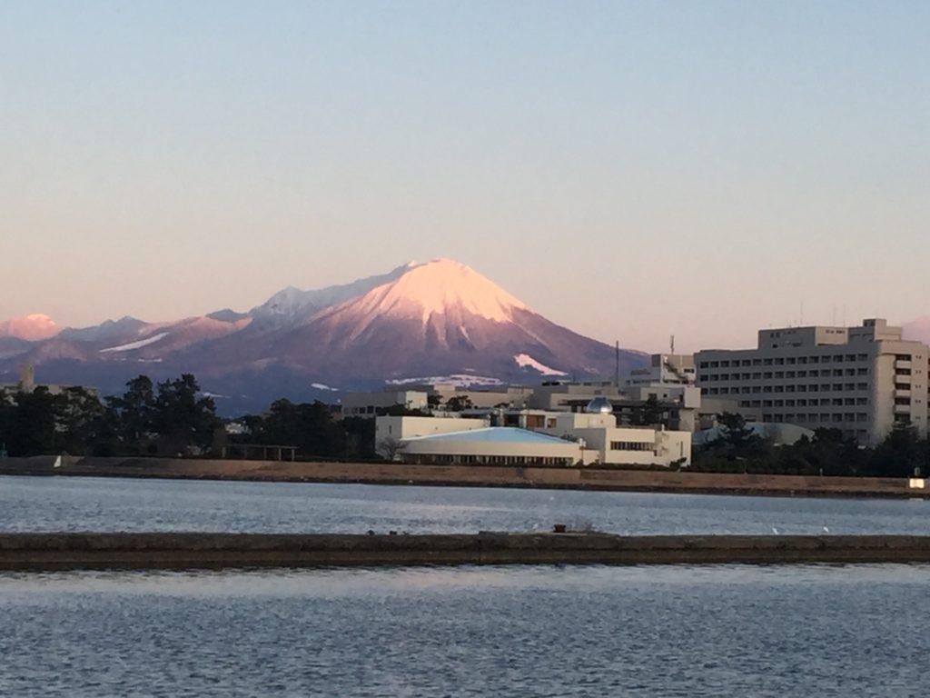 大山が遠くに見える。雪かぶってると迫力ある。