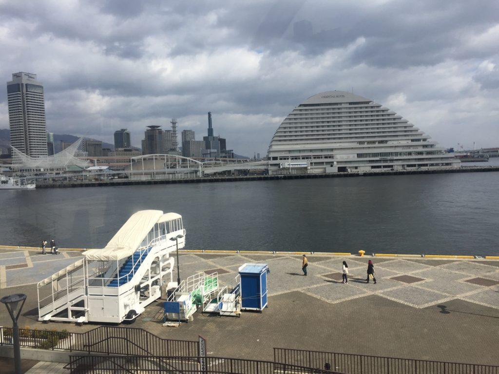 港を気持ちよさそうに散歩している人がいる。