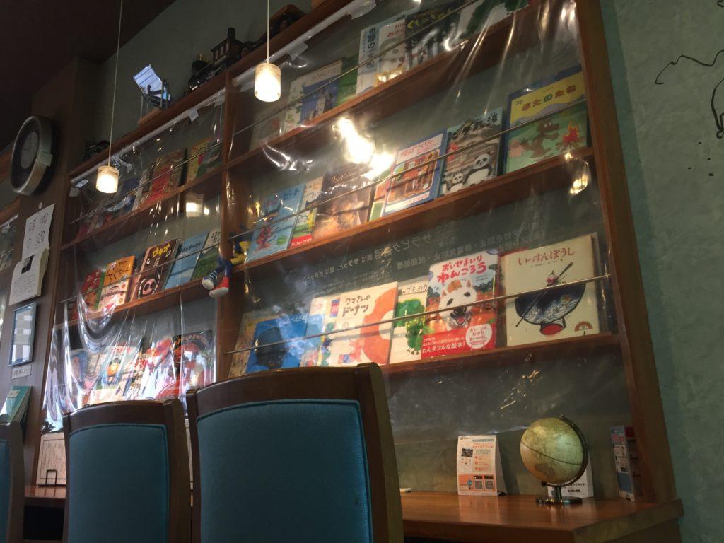 店内の様子。絵本が展示している。