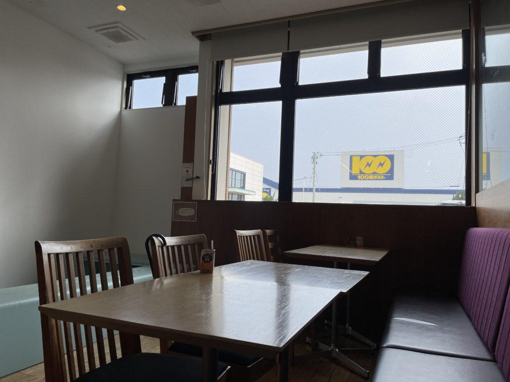 店内はゆっくりと食事もできるし、キッズスペースもある。仕事やビジネス向けにも電源コンセントのある席や奥の方には落ち着いて作業できる雰囲気と席によって色々な用途としてスペースが用意されている。