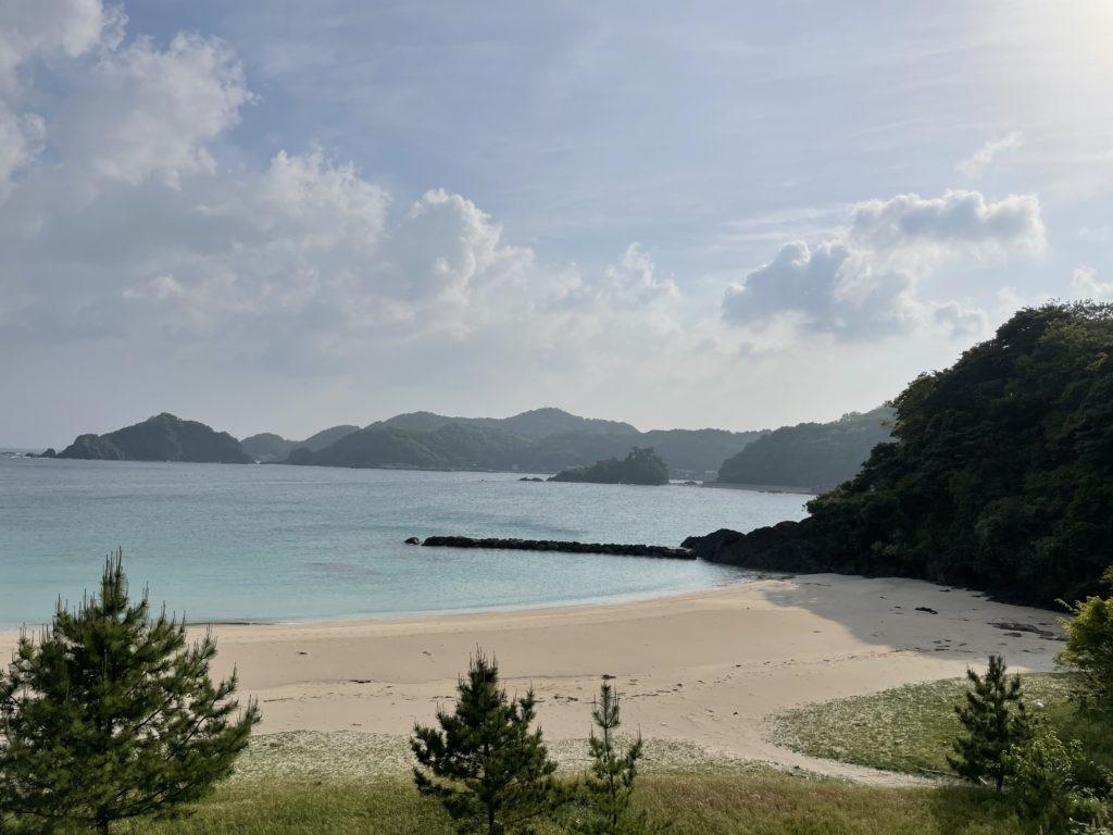 少し坂を登った所から笹子海岸を眺める。