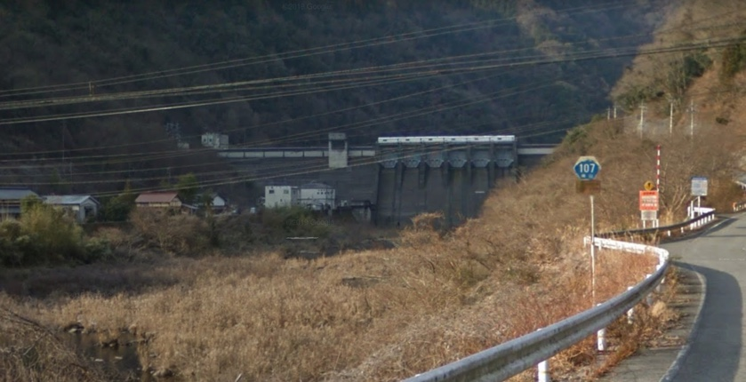 田原ダム。道路から見える雄大な姿が印象的です。この光景は当時と変わりません。さらにこの先に進むとラスボス的な感じで、もっと大きな新成羽川ダムが出現します。(GoogleMapから)