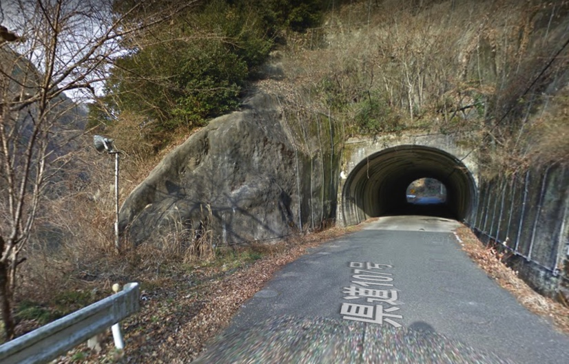 新成羽川ダムから備中湖に進む。このトンネルをくぐリます。まるで異世界への入り口のような印象でした。(Googleマップから)