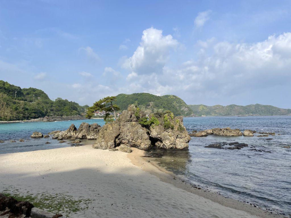 惣津海岸の岩場。