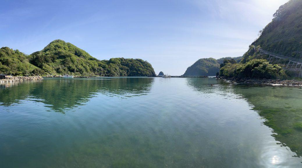 両側を半島に囲まれている。真ん中から日本海が見える。