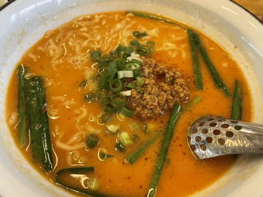牛骨坦々麺。ピリッとした辛さのスープにちぢれ麺が絡んで絶妙な味。すごくおいしい。