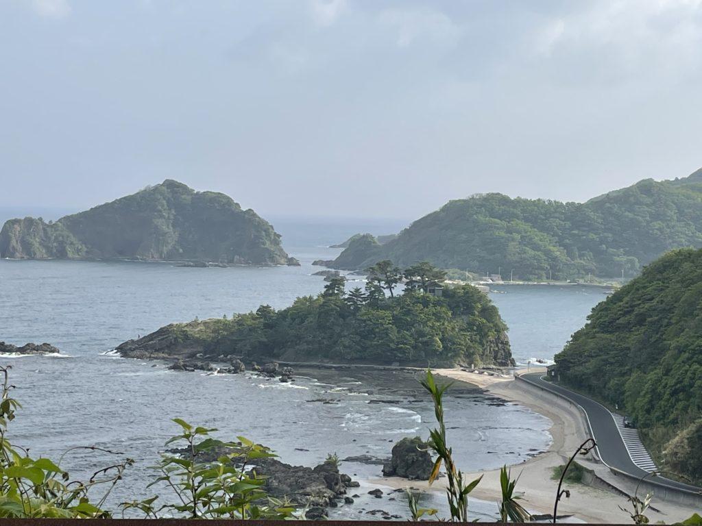 坂の上から惣津海岸を眺める。絶景だ。