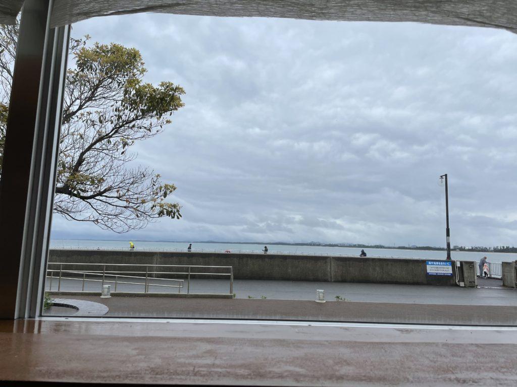 窓から境港の海が見える。海を眺めながら食事ができる。