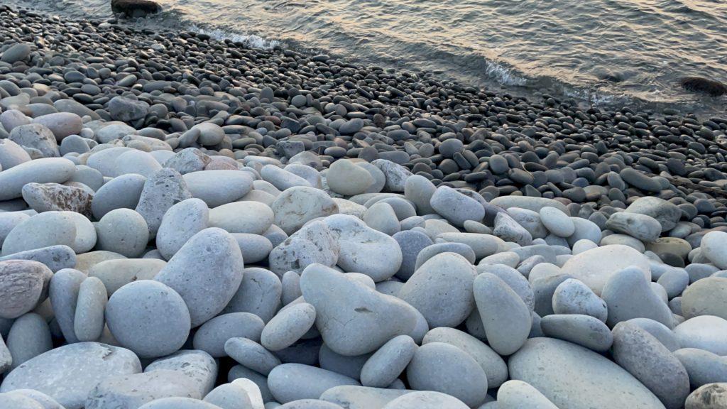 石が波にもまれて丸くなり、カラコロと琴のような音をたてる。