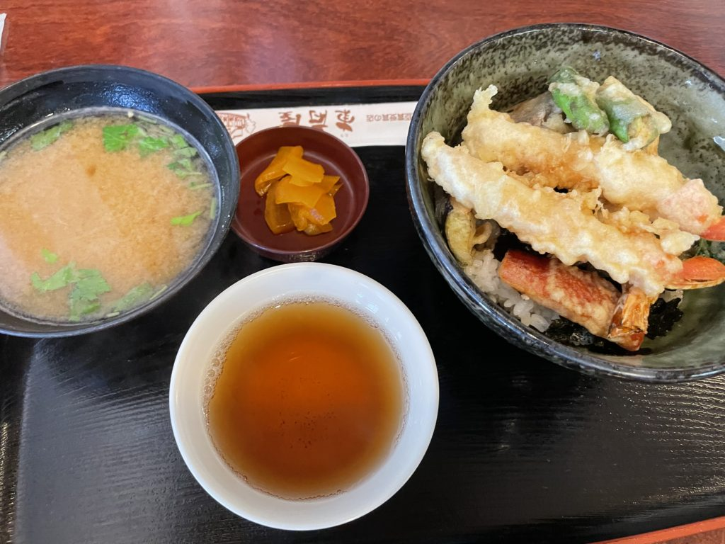 天ぷら定食。カニの天ぷらが大きくておいしい。
