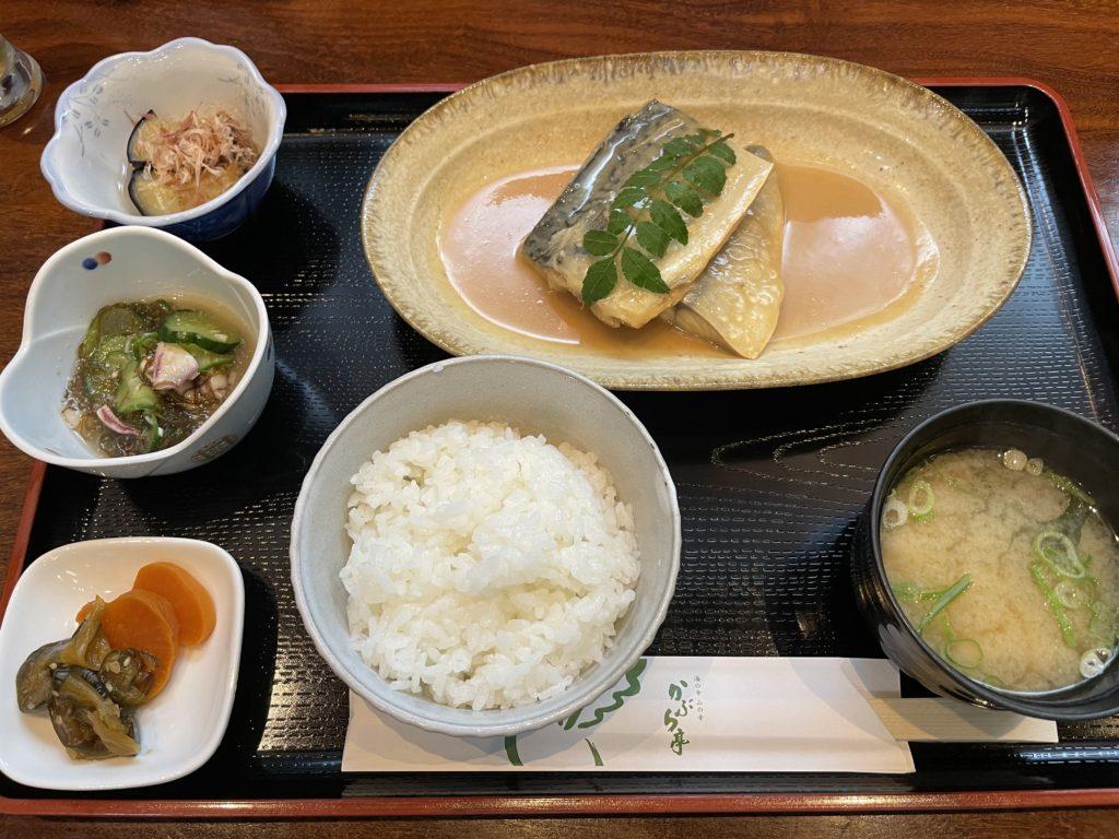 サバの味噌煮定食。サバのおいしさがぎっしり詰まっている。酢の物や漬物も最高においしい。