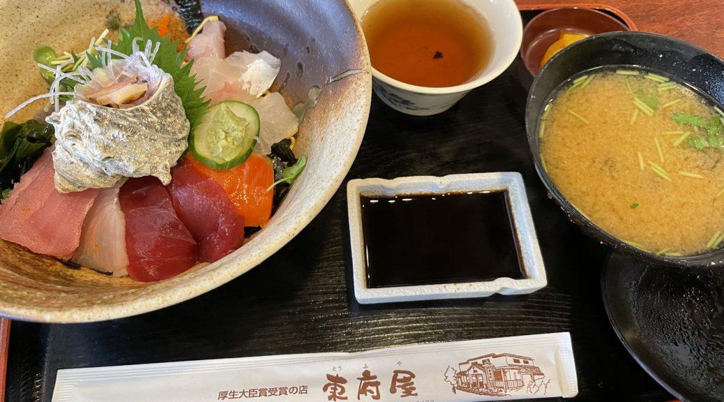 海鮮定食。たくさんの新鮮な魚が乗っている。
